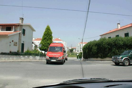 A ambulância deve:
