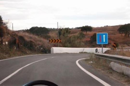 Ao circular nesta via e perante este sinal, devo: