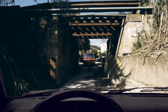 Cheguei à passagem estreita em primeiro lugar, o que deve fazer o condutor do veículo dos bombeiros?