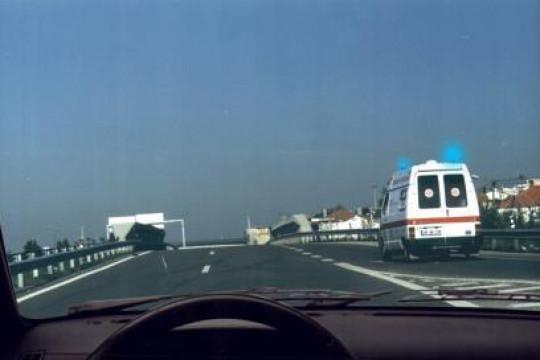 Circulo numa auto-estrada. Tenho o dever de ceder a passagem ao condutor da ambulância?