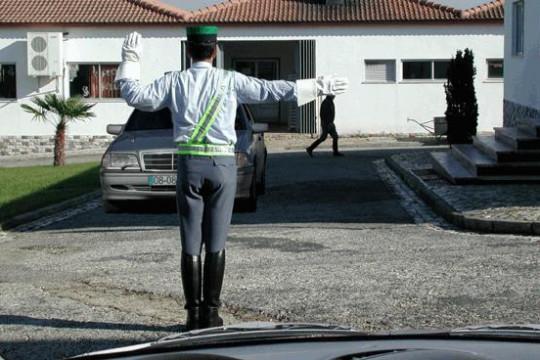 A ordem dada pelo agente regulador de trânsito destina-se: