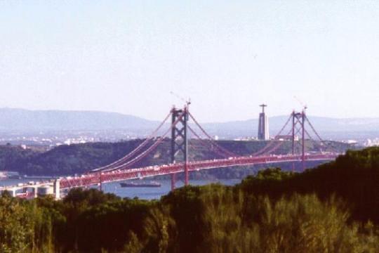 Na ponte 25 de Abril a circulação rodoviária processa-se com base num regulamento próprio.