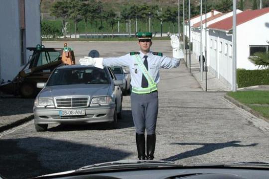 O agente regulador do trânsito, nesta situação está a dar uma indicação que se destina:
